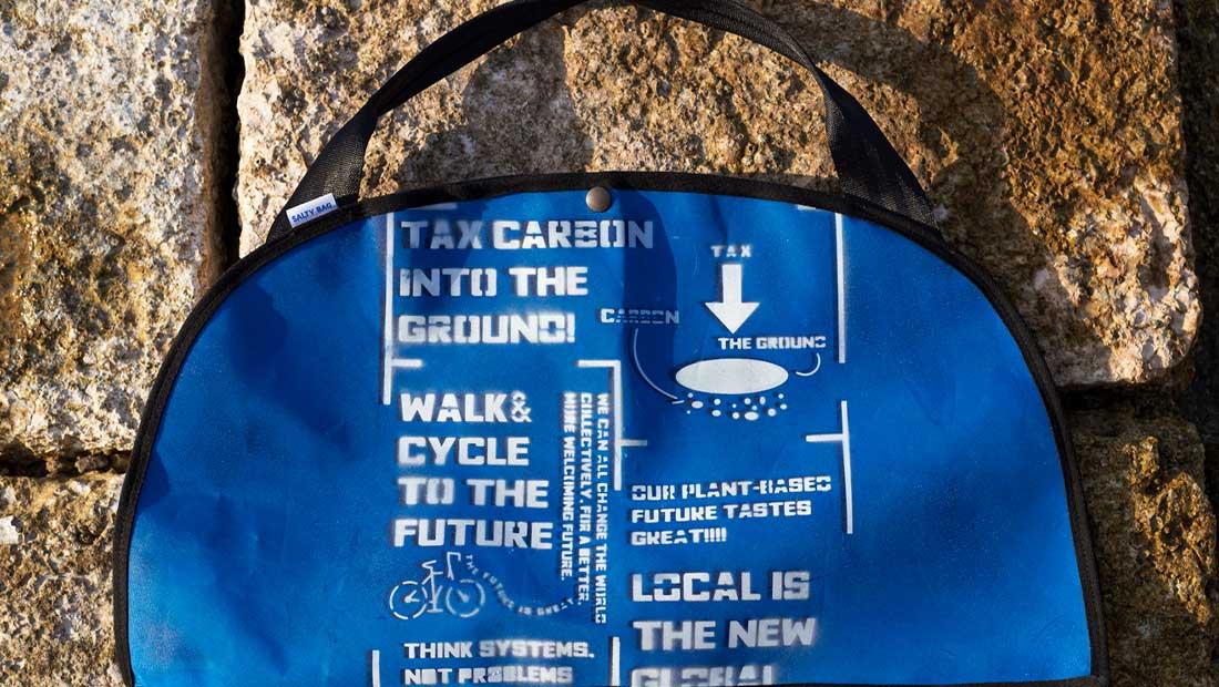 Με ηχηρά µηνύµατα, το λανσάρισµα της τσάντας Tritone από τη Salty Bag
